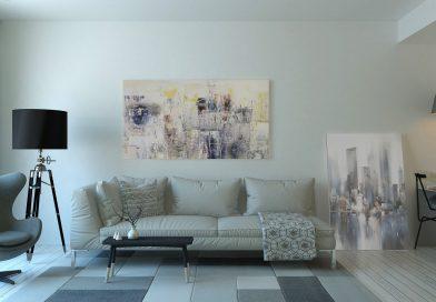 mieszkanie minimalistyczne - sofa, dywan, obraz i lampa